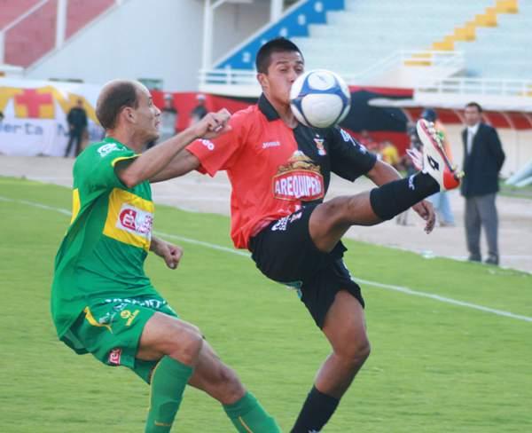 Gerardo Gárate intenta dominar el balón sobre la marca del paraguayo Carlos Alvarenga la vez que Melgar venció 3-1 a Sport Huancayo en 2009 (Foto: diario El Pueblo de Arequipa)