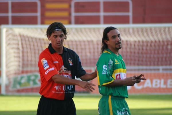 CUIDADO CON LA MELENA. Ibarra fue el primer expulsado de la tarde. Aquí aparece marcado por Ferrari (Foto: diario El Pueblo de Arequipa)
