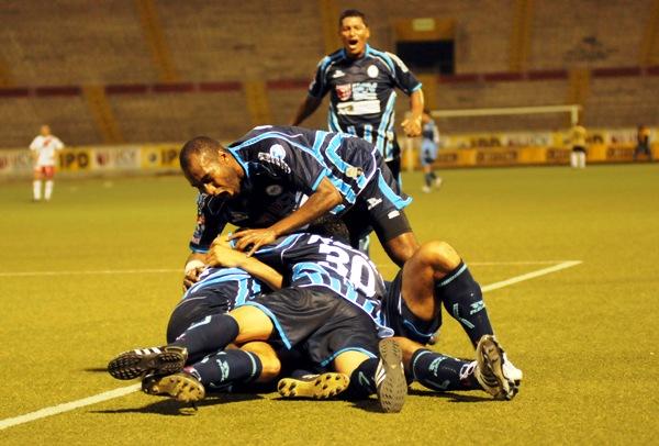 CRÉEME QUE ENTRÓ. Zúñiga y la boca llena de gol junto a 'Manzanón' Hernández luego del primero. Atrás, el lamento de Portilla (Foto: diario La Industria de Trujillo)