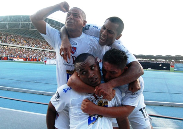 LAS CARAS DE LA SALVACIÓN. Guerrero, Portilla, Soto y Celis celebran el gol de este último que significa que el CNI seguirá en primera (Foto: Fernando Herrera)