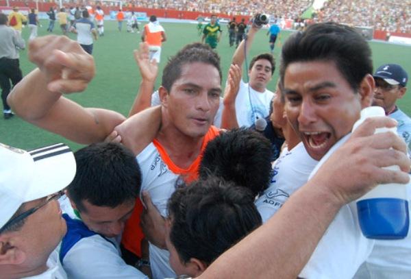 EMOCIONADO. Pese a que no jugó, Hernández fue clave en la remontada iquiteña. El arquero es abrazado por sus compañeros (Foto: Fernando Herrera)