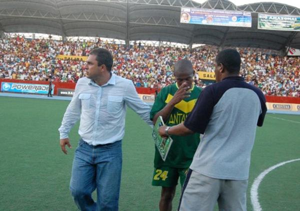 FECHA 43. Willy Rivas y el consuelo de 'Ropero' Flores luego de la caída en Iquitos, que a despecho del triunfo de la última fecha, fue la que cerró realmente el año para Áncash (Foto: Fernando Herrera)