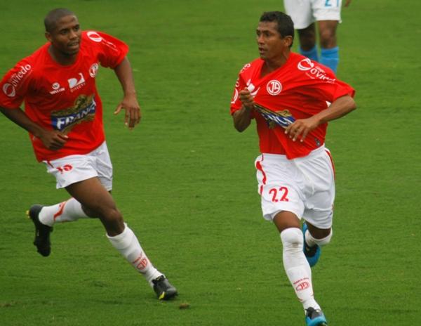 PERICO ROJO. Chiroque besa la camiseta luego de su tanto. 'Periquito' reapareció con gol y en gran nivel (Foto: Andrés Durand / DeChalaca.com)