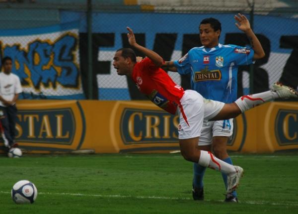 El gran nivel de Candelo obligó a que los rivales abusaran del juego brusco contra él. Igual, el colombiano mantuvo un alto promedio (Foto: Andrés Durand / DeChalaca.com)