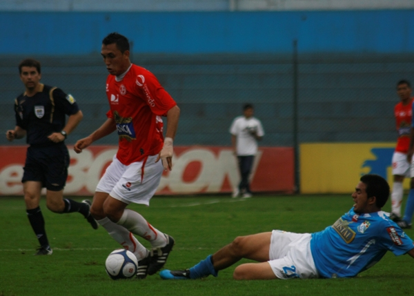 DEL MISMO PALO. Espejo, un hombre formado en Cristal, sale con comodidad ante Lojas. Aurich guapeó en el San Martín (Foto: Andrés Durand / DeChalaca.com)
