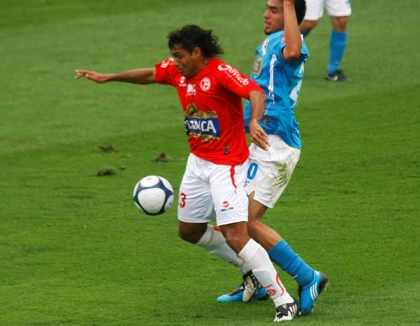 TORO A TODO. Arzuaga fue titular y perdió un tanto. Acá supera a Lojas (Foto: Andrés Durand / DeChalaca.com)