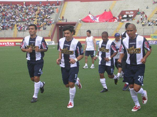 LISTOS PARA LA FAENA. Con Ovelar en el ataque, Alianza saltó al campo alentado por un buen contingente de hinchas (Foto: Diario de Chimbote)