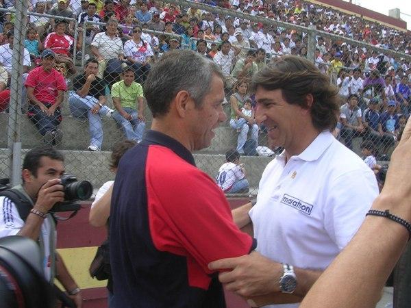 SE VIERON EN PARAGUAY. Genes y Costas se conocen del fútbol guaraní, y por eso su saludo mutuo previo al partido (Foto: Diario de Chimbote)