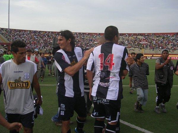 EL ABRAZO DEL FINALISTA. Fernández, Solís y González confundidos en la alegría. Alianza logró el objetivo (Foto: Diario de Chimbote)