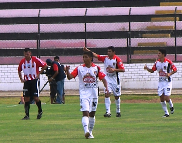 PÉREZ POR DOS. El paraguayo volteó el partido parcialmente en tres minutos. A falta de Zúñiga, el guaraní fue efectivo (Foto: Abelardo Delgado / DeChalaca.com)