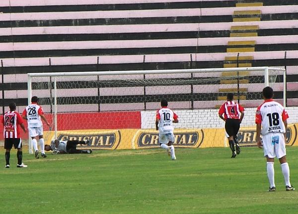 QUEDÓ CHIQUITO. La ventaja mistiana quedó pequeña. El gol de Pérez ante Flores fue empatado por Carty en los descuentos (Foto: Abelardo Delgado / DeChalaca.com)