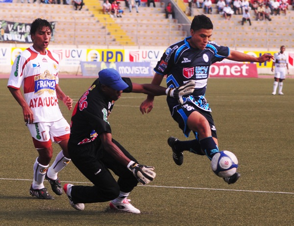 CUIDADO CON EL PENAL. Soto sale a por la pelota y también a por Carbajal. Pese a los tres goles el arquero gasífero no desentonó (Foto: diario La Industria de Trujillo)