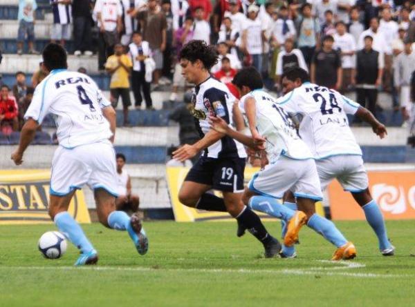 CARA Y CRUZ. Ovelar se metió un autogol, pero también marcó otro en el arco de Pinto (Foto: Peru.com)