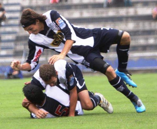 Y APARICIÓ. De derechazo marcó el primero. Kohji Aparicio abrió el marcador y festejó así con sus compañeros (Foto: Peru.com)