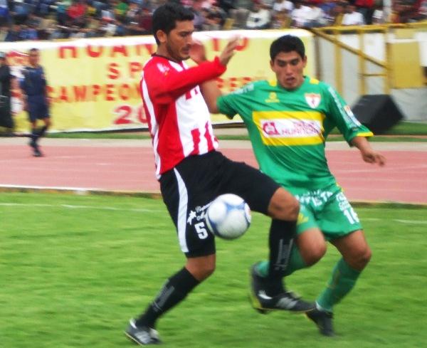 JUVENIL CONSAGRADO. Ávila lucha con Vásquez. El juvenil, quien abrió el tanteador, fue una de las gratas revelaciones del campeonato (Foto: diario Primicia de Huancayo)