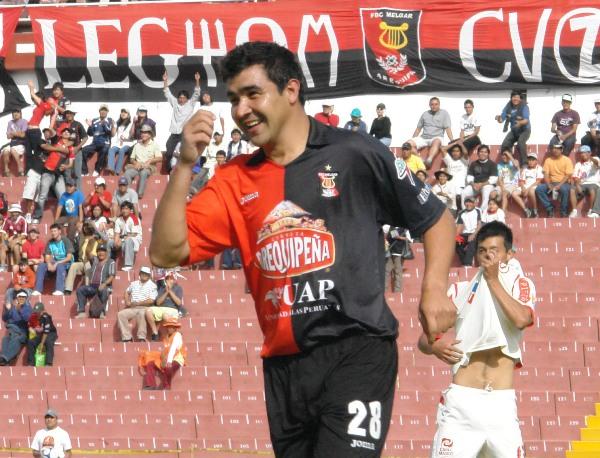 SONRISA DE GOLEADOR. Pérez festeja uno de sus cuatro goles. Calderón lo sufre y se tapa la cara (Foto: Prensa FBC Melgar)