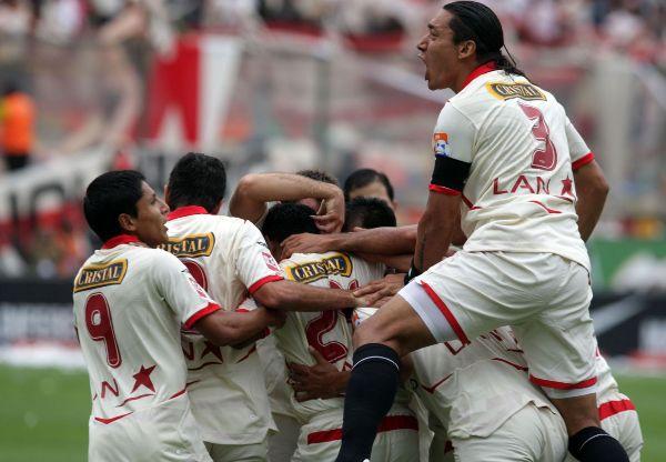 LA TORRE DEL NEGRO. Galván encabeza el festejo luego del gol de Solano. La 'U' ganaba temprano la final (Foto: ANDINA)