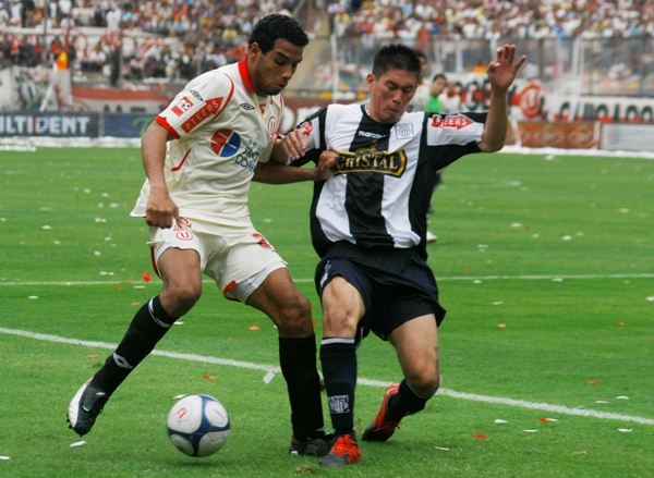 ZORRO SOY Y NO ME COMPADEZCAS. Alva se le escapa a Contreras. El 'Zorrito' volvió a actuar en gran nivel (Foto: Andrés Durand / DeChalaca.com)