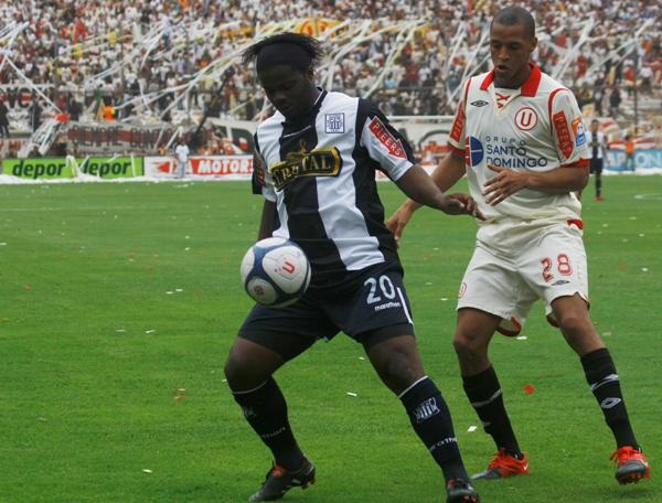 MONTAÑO DE DUDAS. El colombiano volvió a decepcionar a sus parciales. Acá la controla ante Rabanal (Foto: Andrés Durand / DeChalaca.com)