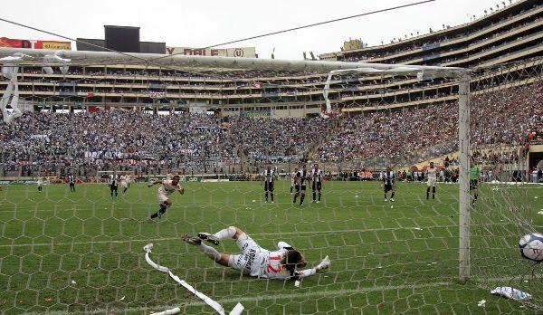 CORRE POR EL GRITO. Solano ya comenzó la carrera luego de su remate de penal, esquinado abajo (Foto: ANDINA)