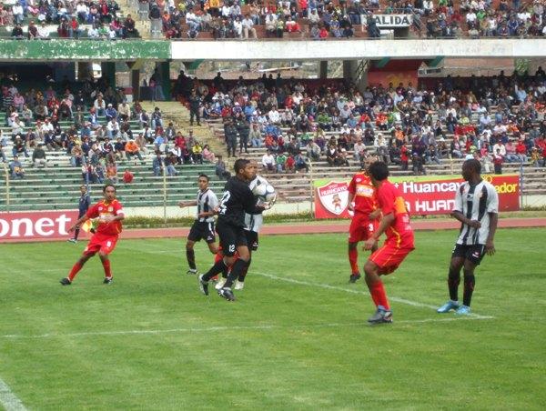 FECHA 01. Total Chalaco debutó en el campeonato con un prometedor empate en Huancayo. El colombiano Henry y Colán marcaron en aquella jornada. (Foto: diario Primicia de Huancayo)