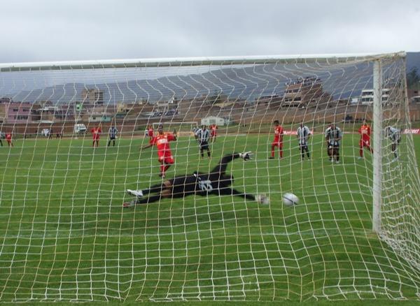 CANDIDATA 5. El gol de penal de López que daba momentánea alegría a todo Huancayo sobre Total Chalaco (Foto: Werne Porta / Diario Primicia de Huancayo)