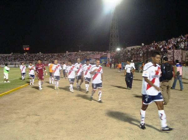 Con la cabeza rapada y el dorsal '27', Mario Ceballos hizo su debut con Gálvez, ante Boys en el Grau, en 2010. (Foto: archivo DeChalaca.com)
