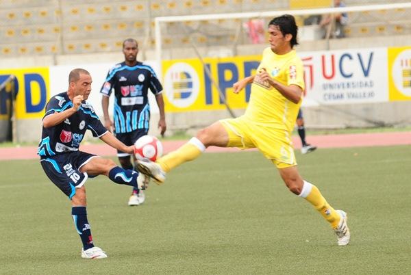 Mayer Candelo pelea el balón con el paraguayo Ricardo Martínez. En 2010, César Vallejo protegonizaron el mejor partido de estreno de los últimos años (Foto: diario La Industria de Trujillo)