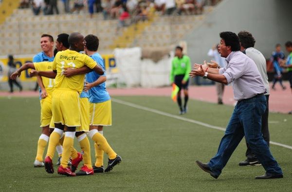 CANDIDATA 1. El festejo del 'Chino' Rivera gracias al gol del otro 'Chino': Ximénez (Foto: Celso Roldán / diario La Industria de Trujillo)