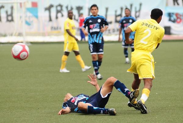 FECHA 1. El debut en el 2010 fue con el pie izquierdo. Vallejo sufrió una dura caída ante Cristal en la agonía del encuentro; sin embargo, se recuperaría raudamente. (Foto: diario La Industria de Trujillo)