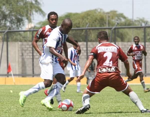 Julio Caicedo en acción contra Inti Gas en el empate 1-1 de Alianza Atlético con el cuadro ayacuchano en el Descentralizado del año pasado. (Foto: diario La Hora de Piura)