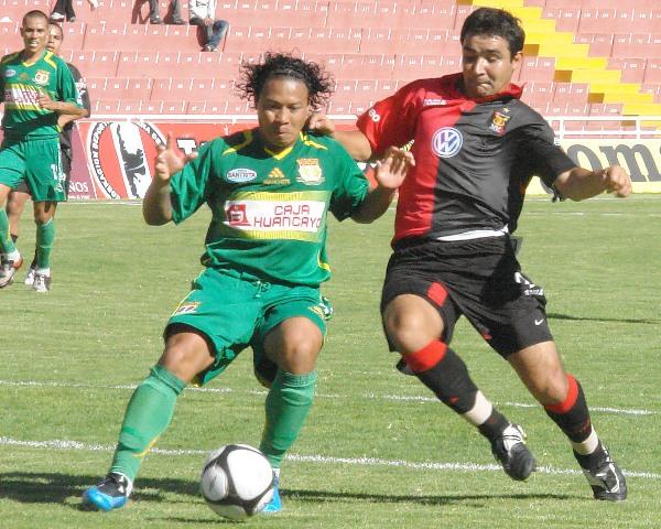 César Doy y el paraguayo Carlos Pérez se enfrescan en una disputa la vez en que Melgar y Huancayo igualaron 1-1 en el estadio Virgen de Chapi, por el Descentralizado 2010 (Foto: prensa FBC Melgar)