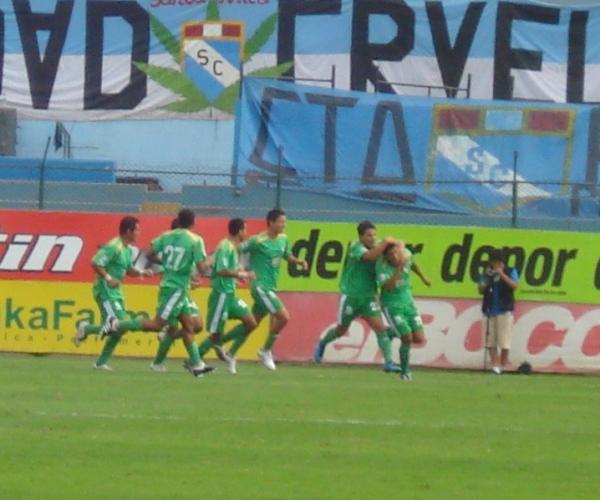 Andy Pando festeja uno de los goles en su doblete ante Cristal con CNI, en el Descentralizado 2010. (Foto: Abelardo Delgado / DeChalaca.com)