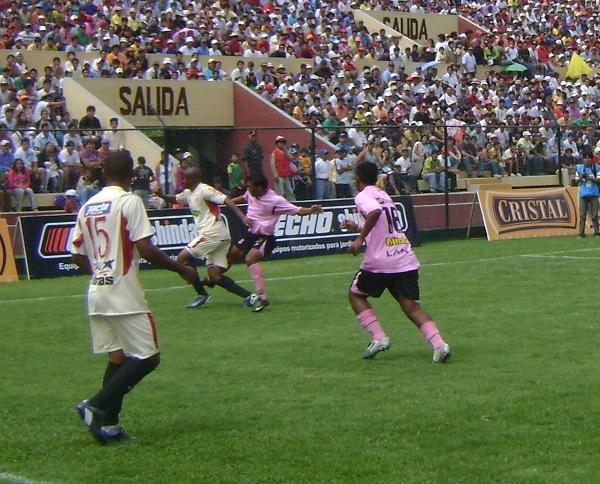 León frente a Boys en el Descentralizado 2010, la vez en que Luis Alberto Perea convirtió un doblete (Foto: Jesús Suárez / DeChalaca.com)