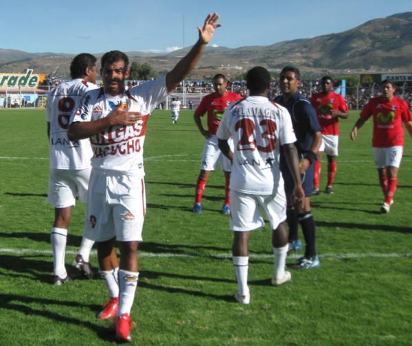 El colombiano Leonardo Mina Polo celebra uno de sus goles que anotó el 24 de abril de 2010, la vez en que Inti Gas derrotó 3-1 a Cienciano por el Descentralizado de aquel año (Foto: Ciro Madueño)