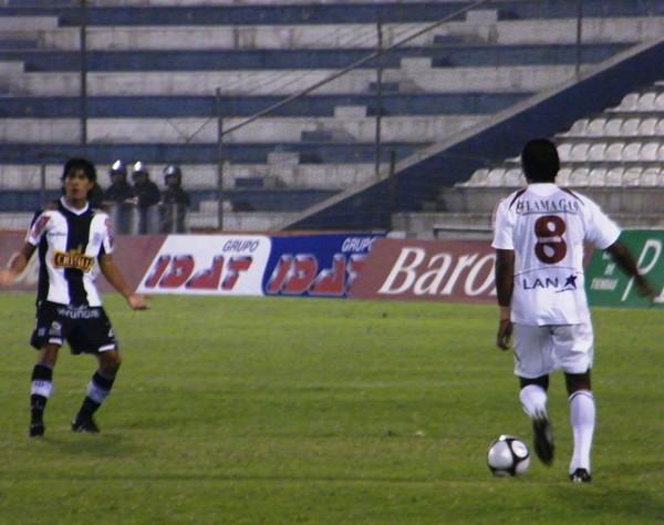 SIN PRESIONES. EL 'Chemito' Ruiz controla un balón en su campo sin tener marca alguna. Vílchez lo mira unos metros más atrás pero no se anima a apretarlo (Foto: Wagner Quiroz / DeChalaca.com)