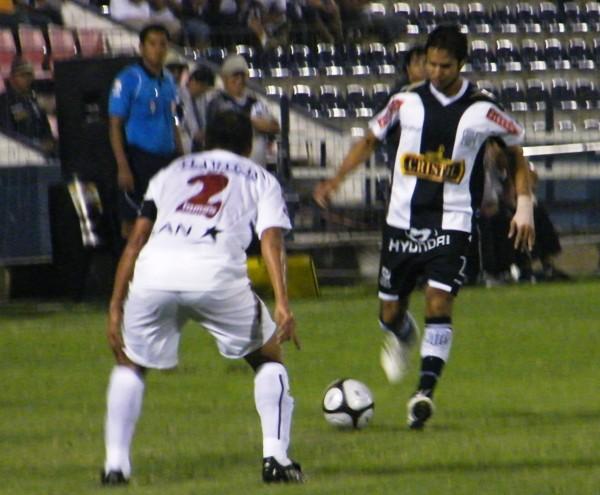 MARCA CON LA MIRADA. Zapata observa cómo Uribe controla un balón en su propio campo. La pasividad del marcador de punto del equipo ayacuchano fue increíble (Foto: Wagner Quiroz / DeChalaca.com)