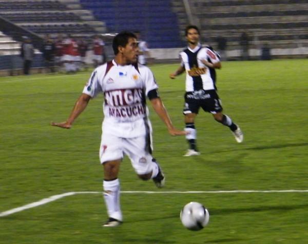 ¿TODO CONTROLADO? Zapata cubre un balón que va saliendo del campo lentamente. El capitán del cuadro gasífero se mostró muy confiado en la defensa (Foto: Wagner Quiroz / DeChalaca.com)