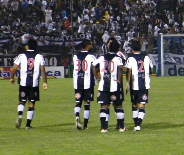 A PASO SEGURO. Los jugadores blanquiazules festejan con calma el tanto de Velázquez. Alianza ganó con lo justo, pero le fue útil sumar de a tres (Foto: Wagner Quiroz / DeChalaca.com)