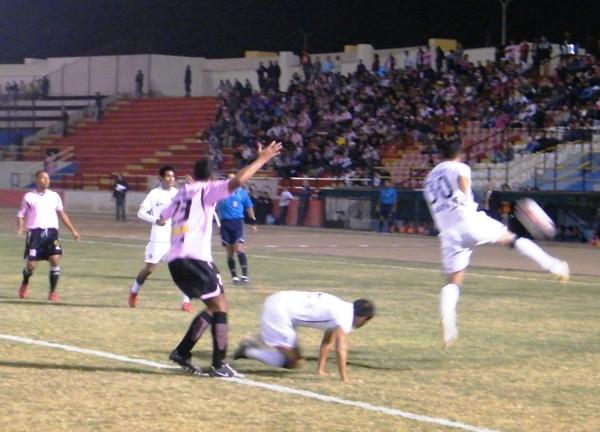 LUCHA TOTAL.  Muente despeja con todo un balón que fue luchado por Curiel y Corzo. El campo de juego fue una verdadera batalla (Foto: Wagner Quiroz / DeChalaca.com)