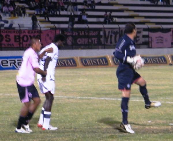 QUÉ PAREJITA. Butrón se dispone a sacar un balón luego de un ataque del conjunto rosado. A un par de metros, Ramos y Gárate se toquetean mientras salen del área (Foto: Wagner Quiroz / DeChalaca.com)