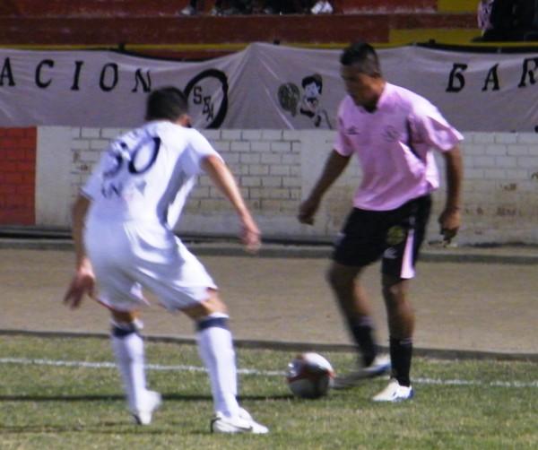 NO PASA.  Gárate intenta eludir sobre la base de su habilidad con el balón a un concentrado Muente, que lo espera bien plantado en su posición (Foto: Wagner Quiroz / DeChalaca.com)