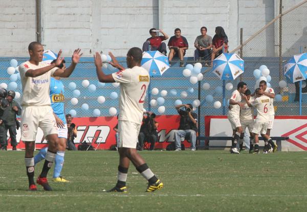 John Galliquio -en la foto celebrando con Jesús Rabanal en el Cristal - Universitario del año pasado en que anotó un gol- nunca jugó en filas rimenses, como se cree. (Foto: Luis Alberto Sánchez)