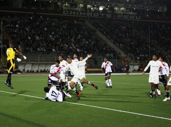 FECHA 20. Con goles de Píriz, Rainer Torres y Rudiaz, Universitario lograría una goleada histórica en Chimbote. Además, los cremas volvían a golear en provincia tras ocho años. (Foto: diario de Chimbote)