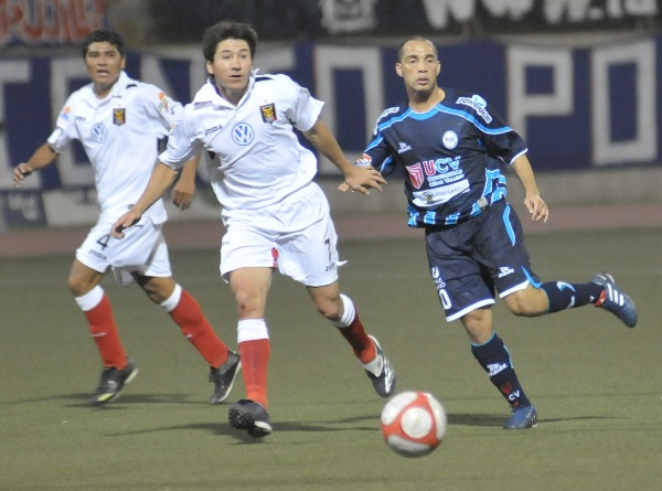 Mayer Candelo en una acción dividida la noche en que la Vallejo venció 1-0 a Melgar por el Descentralizado 2010, con lo que obtuvo su segundo triunfo consecutivo en casa (Foto: diario La Industria de Trujillo)