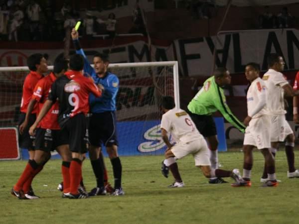 FECHA 28. En su mejor partido en el campeonato, Universitario lograría una victoria histórica al derrota por 0-4 a Melgar en Arequipa. (Foto: diario La Voz de Arequipa)