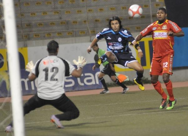 El uruguayo Jorge Cazulo de César Vallejo convirtió un gol ante Sport Huancayo, en la etapa de Series de 2010. Esta vez, por el Torneo Intermedio, se volvió a hacer presente en el marcador ante los huancaínos (Foto: diario La Industria de Chiclayo)