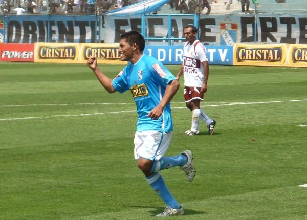 Andy Pando celebra uno de los goles que le convirtió a Inti Gas, la tarde en que Cristal ganó por 4-2, en cotejo válido por el Descentralizado 2010 (Foto: Abelardo Delgado / DeChalaca.com)