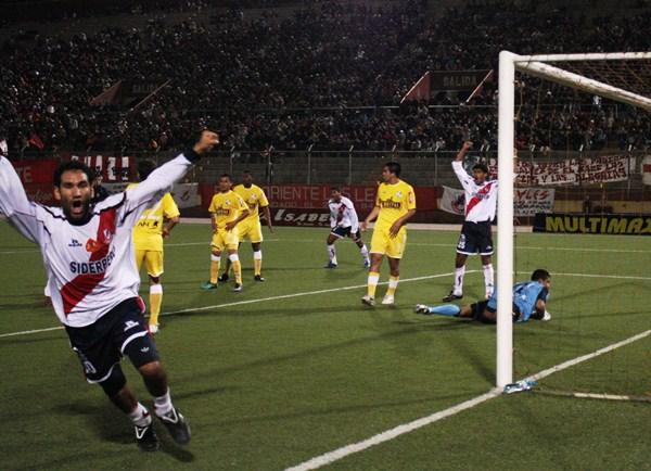 Festejo del único gol de Gálvez ante Sporting Cristal, la vez que se enfrentaron por la etapa de series del Descentralizado 2010 (Foto: Diario de Chimbote)