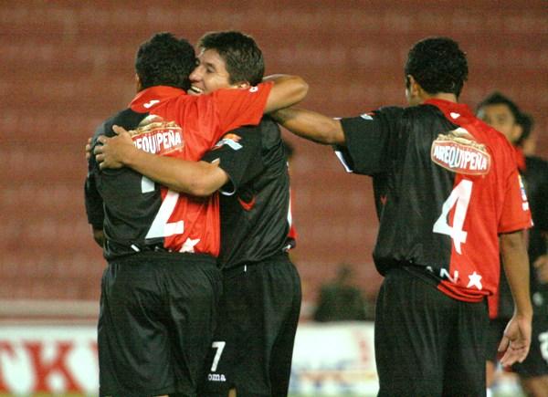 Walter Zeballos recibe por parte de Yañez uno de sus últimos abrazos como futbolista. La 'Macha  terminó reconvertido en volante central (Foto: diario El Pueblo de Arequipa)